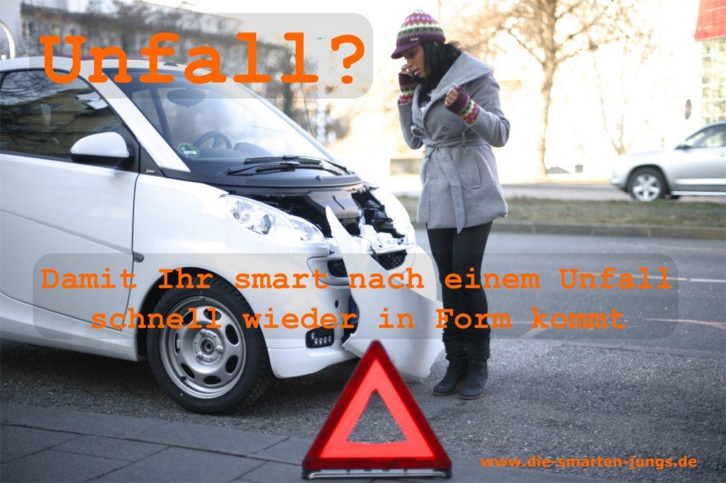 Unfall smart, eine Frau telefoniert, ein Warndreieck steht im Vordergrund